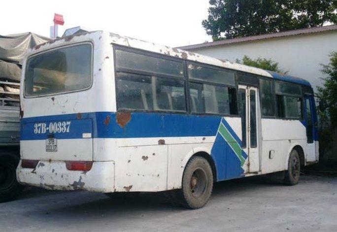 Một chiếc xe khách tơi tả không đảm bảo an toàn kỹ thuật bị CSGT Ninh Bình bắt giữ