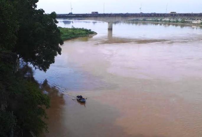 Thuyền câu đang tìm kiếm người đàn ông nhảy cầu tự tử trên sông Mã