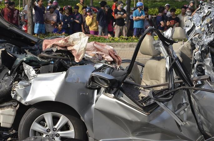Xe ô tô 4 chỗ bẹp dúm, 5 người tử nạn
