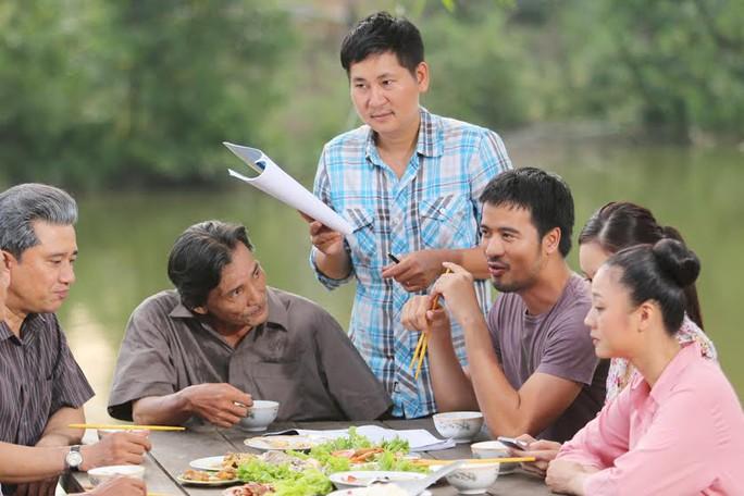 Đạo diễn Lê Minh trên trường quay phim Hận thù hóa giải. Ảnh: NSX cung cấp