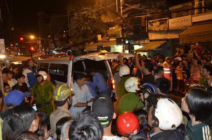 Xe cứu thương đưa thi thể ông Đỗ Linh về nhà xác