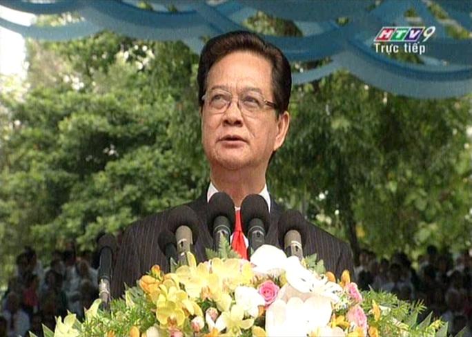 Thủ tướng Nguyễn Tấn Dũng đọc diễn văn khai mạc lễ mít tinh mừng ngày thống nhất đất nước