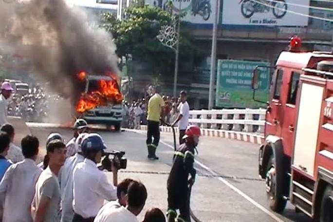 Dú xe chữa cháy đến nhưng cũng không cứu chữa được đám cháy xe