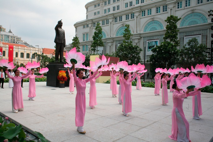 Hoạt động văn nghệ chào mừng Lễ Khánh thành Tượng đài Chủ tịch Hồ Chí Minh. Ảnh: Hoàng Triều
