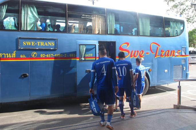 Các tuyển thủ lên xe bus di chuyển ra sân tập, nằm cách khách sạn khoảng 6 km. Tuy nhiên, mật độ giao thông dày đặc đã khiến thầy trò HLV Miura phải mất hơn 30 phút mới đến được địa điểm tập luyện