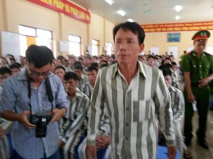 Ông Vươn là 1 trong 10 người đại diện cho 491 người ở trại giam Hoàng Tiến được đặc xá đợt Quốc khánh 2-9 năm nay lên nhận giấy đặc xá.