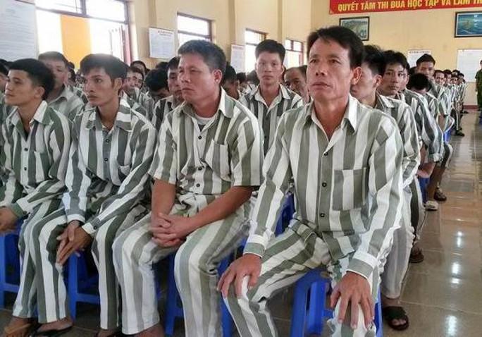 Ông Đoàn Văn Vươn (ngoài cùng hàng đầu bên phải)