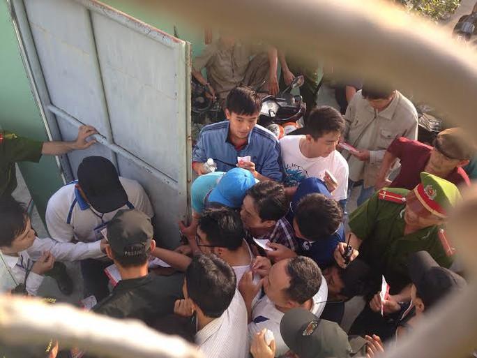 Khán giả bức xúc vì không được vào sân Ảnh: Quang Liêm