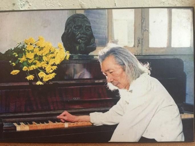 Bức ảnh bên piano được chụp bởi nhiếp ảnh gia Lê Quang Châu – bức ảnh đoạt giải nhất Hội nghệ sĩ nhiếp ảnh Việt Nam cuối thập niên 80.
