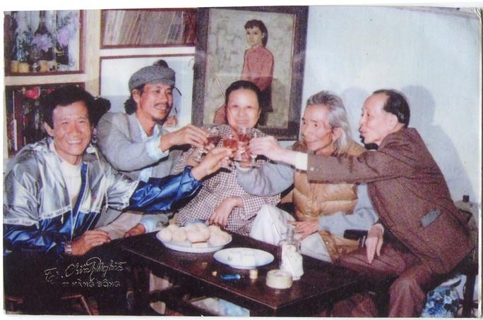 Văn Cao cùng vợ chúc rượu bạn bè thân hữu, trong ảnh có cả nhà thơ Như Mạo.
