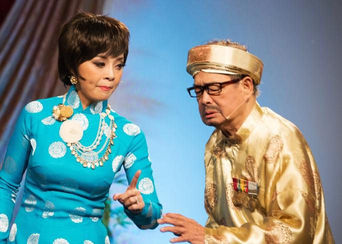 Danh hài Văn Chung - người sáng chế giọng cười dê độc đáo trên sân khấu cải lương - ông là bậc thầy trong việc thể hiện tính cách nhân vật dê - trong ảnh là vở Đời cô Lựu, ông diễn với NS Hồng Loan