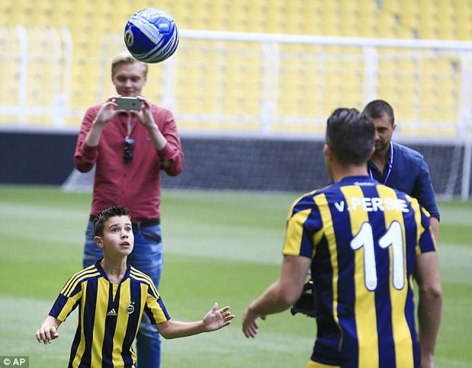 Cha con Van Persie tâng bóng trong buổi ra mắt Fenerbahce