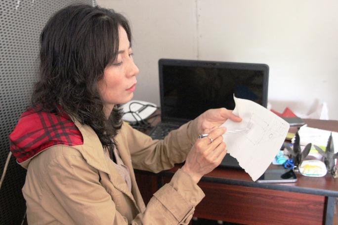 Chị Ngọt vẽ lại chiếc loa mà mình nhìn thấy có tiền Yen bên trong.