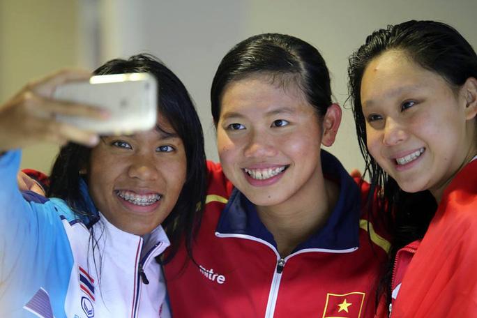 Ánh Viên chia vui cùng đồng nghiệp sau khi giành HCV cuối cùng tai SEA Games 28