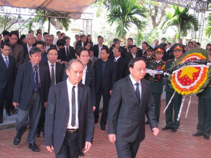 Ông Tô Huy Rứa (bìa phải), Ủy viên Bộ Chính trị, Bí thư Trung ương Đảng, Trưởng ban Tổ chức Trung ương, đến viếng ông Nguyễn Bá Thanh  ẢNH: BÍCH VÂN