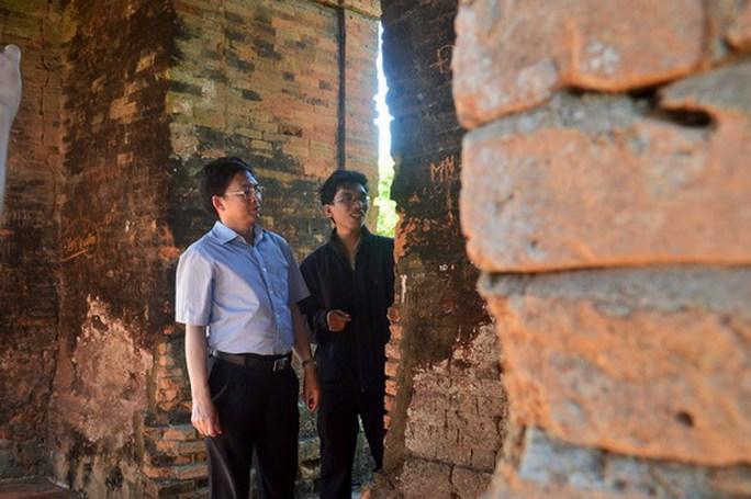Chủ tịch UBND tỉnh Hồ Quốc Dũng khảo sát tháp Bánh Ít. Ảnh: Hoàng Tuấn
