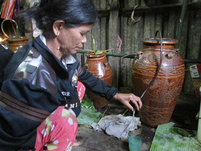 Những vò rượu đượm hương tự nhiên, sau quá trình làm men và ủ rất công kỹ.