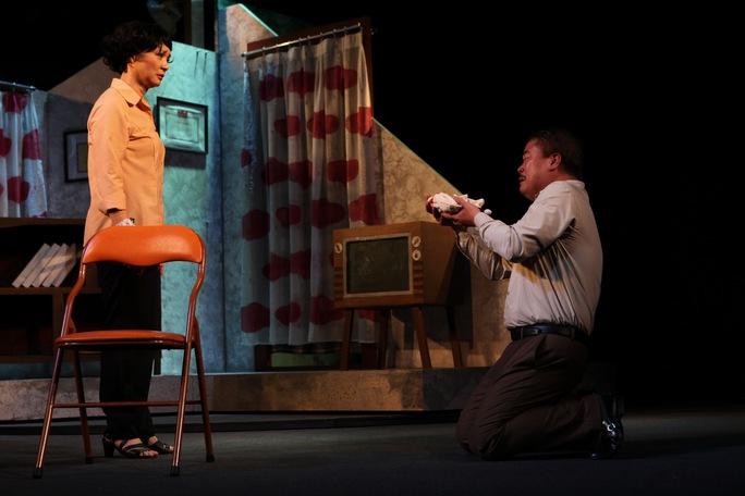NSND Lê Khanh (vai bà Đời) và nghệ sĩ Quỳnh Dương (vai ông Đời) trong vở Ai là thủ phạm. Ảnh: Ông bà Đời khi phát hiện ra con mình là thủ phạm vụ cướp