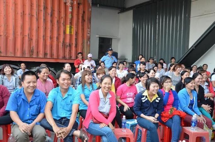 """Công nhân thỏa chí với chương trình """"Chào Xuân Ất Mùi 2015"""" do CĐ Công ty TNHH Carimax Sài Gòn (huyện Củ Chi, TP HCM) tổ chức"""