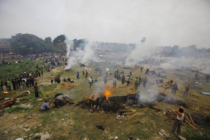Những người Nepal đang hỏa táng người thân thiệt mạng trong vụ động đất. Ảnh: AP