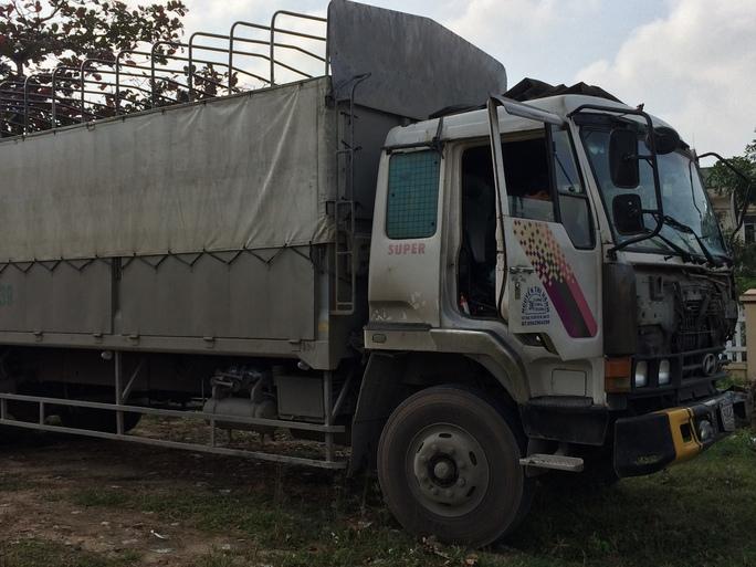 Chiếc xe tải đang tạm giữ tại công an huyện Đức Phổ