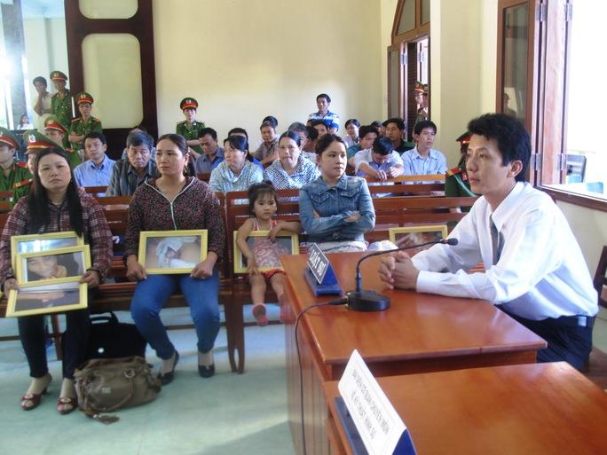Luật sư Võ An Đôn cùng người nhà bị hại Ngô Thanh Kiều tại phiên tòa