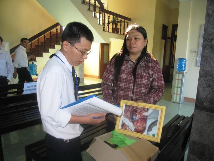 Lực lượng chức năng kiểm tra các bằng chứng của vụ án do bà Ngô Thị Tuyết (chị bị hại Ngô Thanh Kiều) mang đến phiên tòa