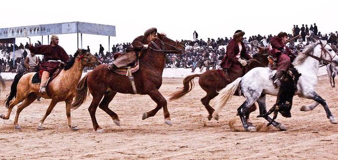 Buzkashi in Mazar-e Sharif, Afghanistan  Ảnh: Wikipedia