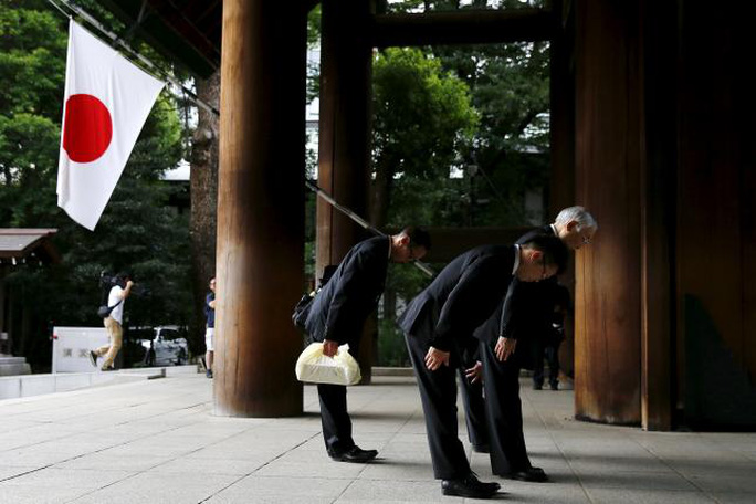 Người Nhật cúi đầu lễ trước đền Yasukuni. Ảnh: Reuters