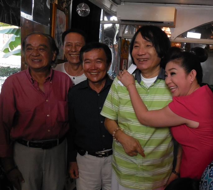 NSƯT Thoại Mỹ bên cạnh anh hai Minh Vương