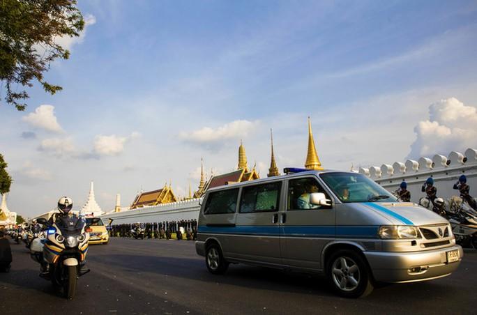 Đoàn xe chở linh cữu Vua Bhumibol hướng tới Đại Hoàng cung. Ảnh: AP