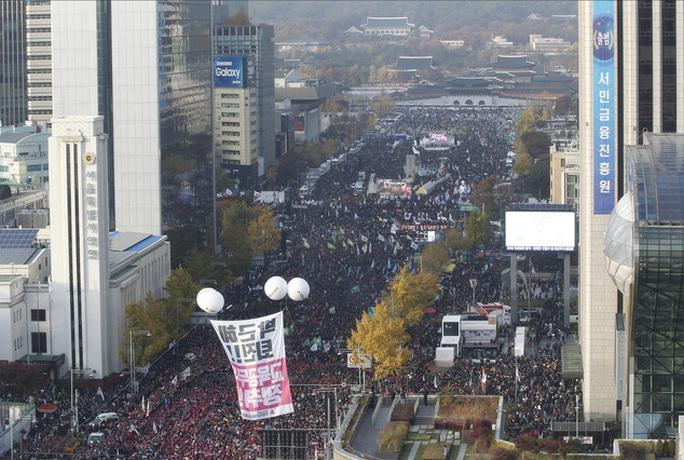 Đám đông người biểu tình đòi tổng thống từ chức ở Seoul hôm 12-11. Ảnh: AP