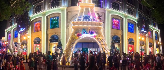 khu vực Diamond Plaza trang trí Noel với hình tháp Eiffel thu hút đông người tới đến vui chơi vào mỗi tối.