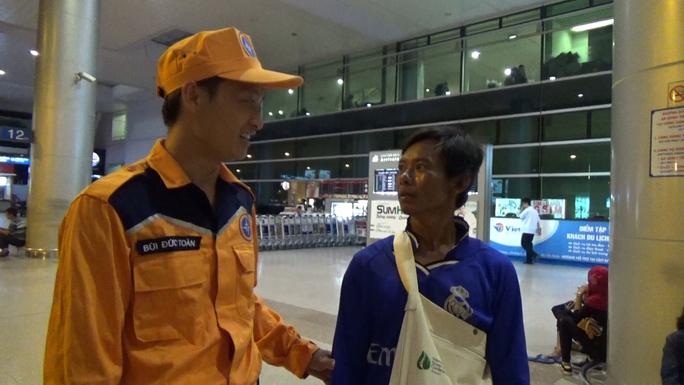 Trung tâm 3 tiếp nhận anh Dư tại sân bay Tân Sơn Nhất Ảnh: B.P