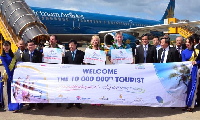 Lễ đón chào vị khách quốc tế thứ 10 triệu đến Việt Nam diễn ra tại Quốc Quốc sáng 25-12