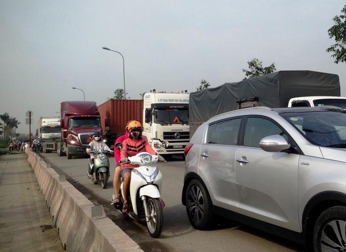 Xe máy phải lưu thông vào làn ô tô qua hiện trường vụ tai nạn