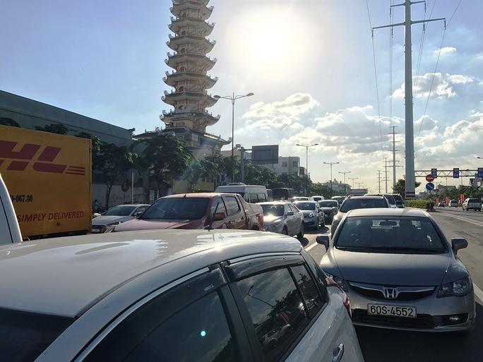Ô tô trên đường Phạm Văn Đồng xếp hàng dài để di chuyển qua vòng xoay Phan Văn Trị