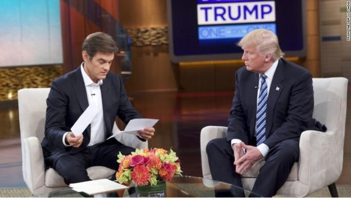 Ông Trump (phải) tham dự chương trình Bác sĩ Oz. Ảnh: CNN