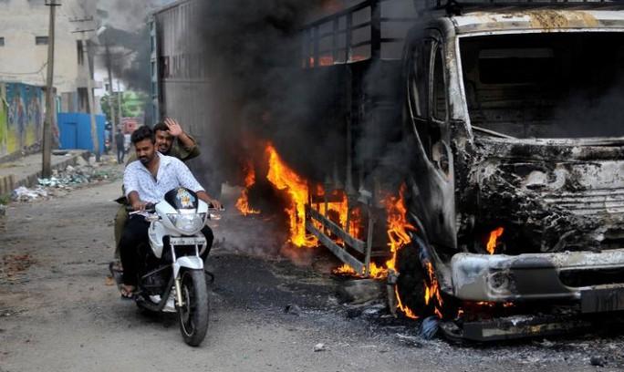 Biểu tình biến thành bạo loạn ở khu vực giữa Karnataka và Tamil Nadu. Ảnh: REUTERS