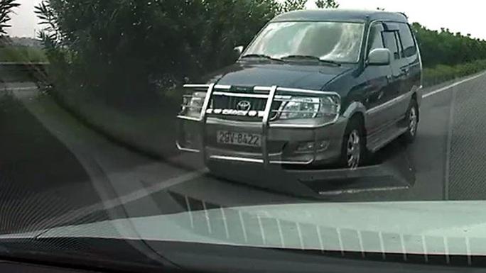 Chiếc xe Toyota Zace chạy ngược chiều trên cao tốc - ảnh cắt từ clip