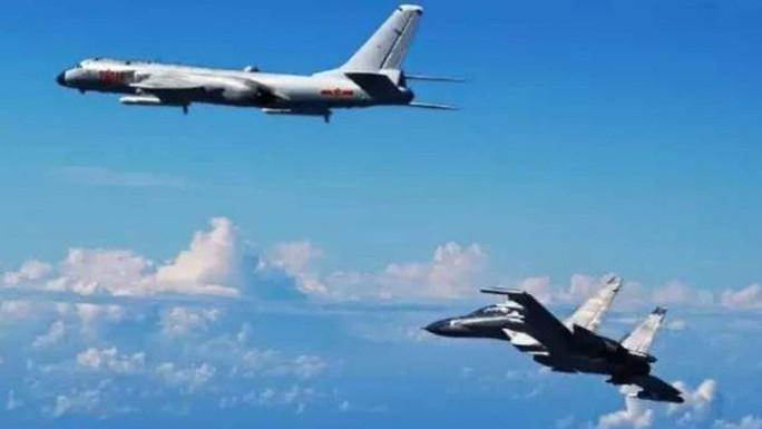 Một phi đội máy bay chiến đấu và máy bay ném bom bay qua eo biển Miyako gần đảo Okinawa của Nhật Bản ngày 25-9. Ảnh: SCMP