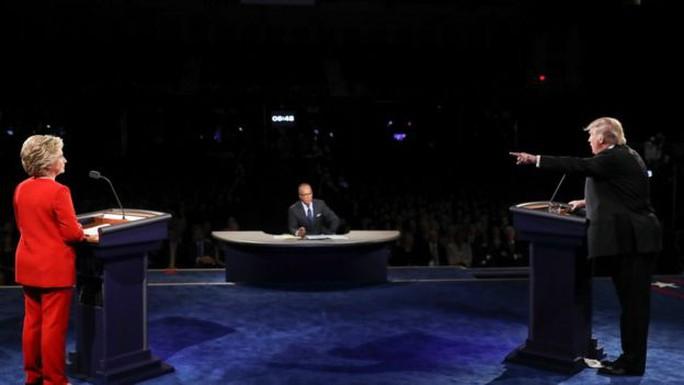 Ông Trump (phải) và bà Clinton tranh luận hôm 26-9. Ảnh: AP