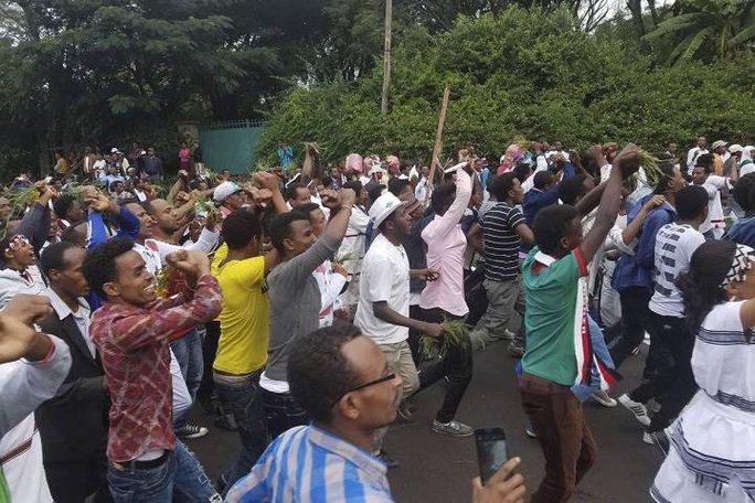 Người biểu tình bắt chéo cổ tay phản đối chính phủ. Ảnh: AP