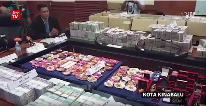 Số tiền tham nhũng cùng những trang sức sang trọng bị thu giữ. Ảnh: Star TV