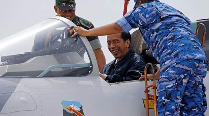 Tổng thống Joko Widodo kiểm tra vũ khí tại căn cứ không quân Ranai trên quần đảo Natuna hôm 6-10. Ảnh: REUTERS