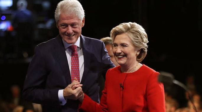 Vợ chồng Bill và Hillary Clinton. Ảnh: REUTERS
