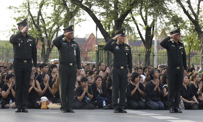 Binh sĩ Thái Lan bảo vệ đoạn đường đoàn xe đi qua. Ảnh: AP