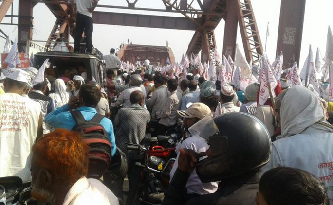 Vụ giẫm đạp xảy ra khi mọi người tìm cách băng qua cây cầu Rajghat. Ảnh: ASIAN CORRESPONDENT