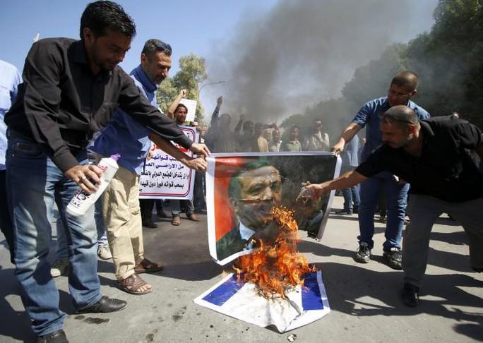 Người dân Iraq đốt hình Tổng thống Thổ Nhĩ Kỳ Tayyip Erdogan ở TP Basra hôm 14-10. Ảnh: REUTERS