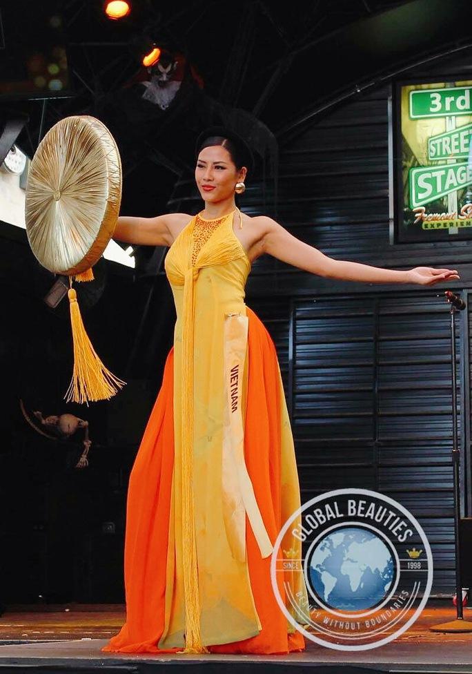Phần trình diễn trang phục dân tộc của Á hậu Nguyễn Thị Loan